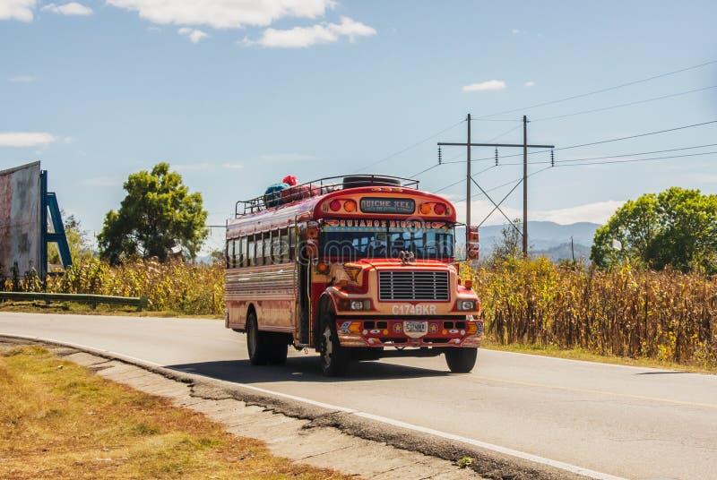 Ônibus colorido na estrada nas montanhas da Guatemala foto de stock royalty free