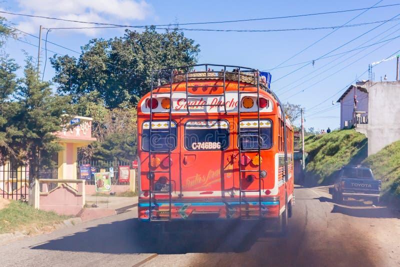 Ônibus colorido nas montanhas da Guatemala imagem de stock