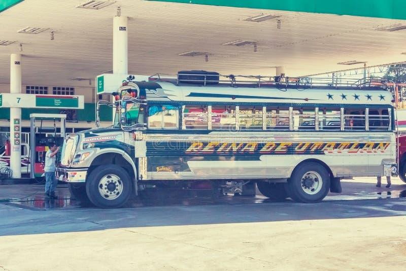Ônibus colorido no posto de gasolina na cidade pequena de Chinique, Guatemala foto de stock