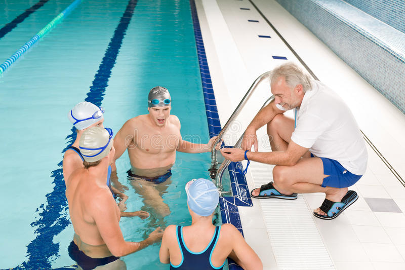 Ônibus da associação - competição do treinamento do nadador imagens de stock royalty free