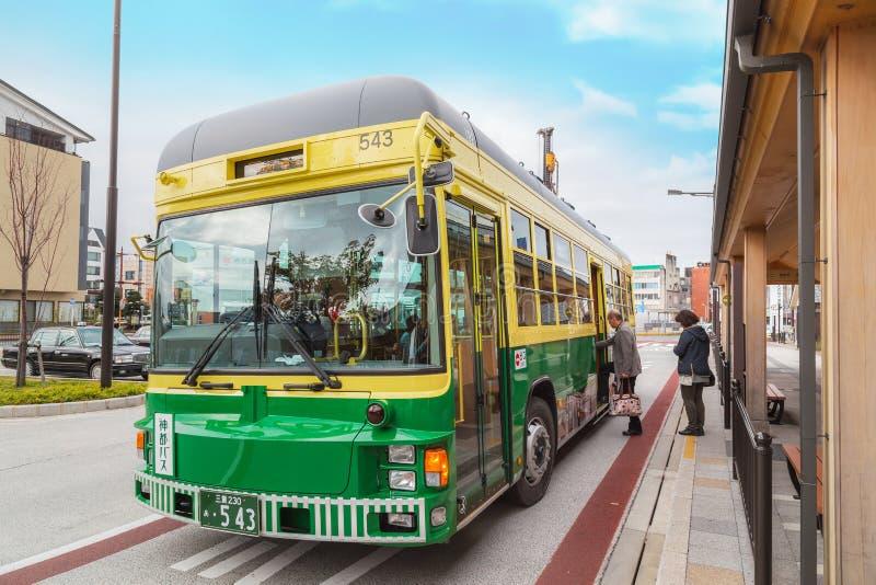 Ônibus da cidade e ônibus do laço na cidade de Ise no Mie imagens de stock