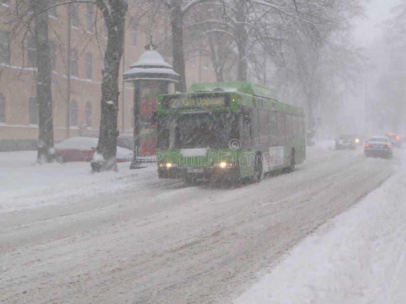 Ônibus da cidade em um blizzard imagens de stock royalty free