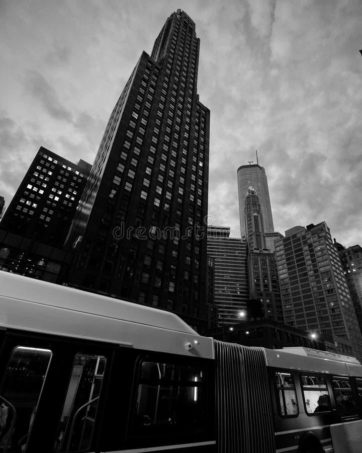 Ônibus da cidade na frente do arranha-céus imagens de stock