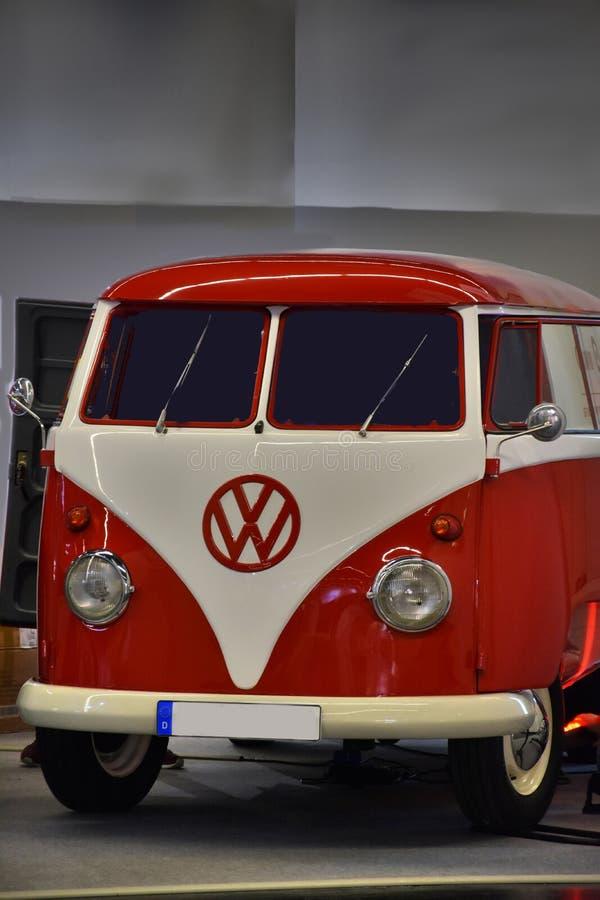 Ônibus da VW na garagem fotografia de stock royalty free