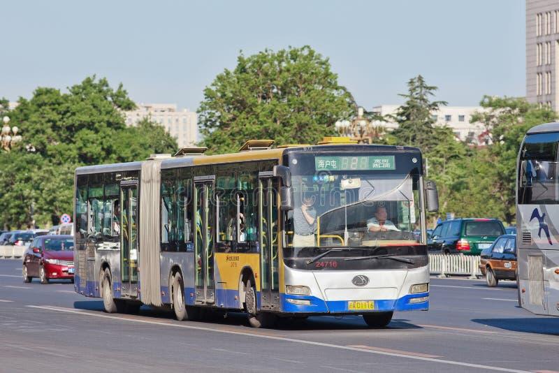 Ônibus de Bendi em Chang An Avenue, Pequim, China imagem de stock