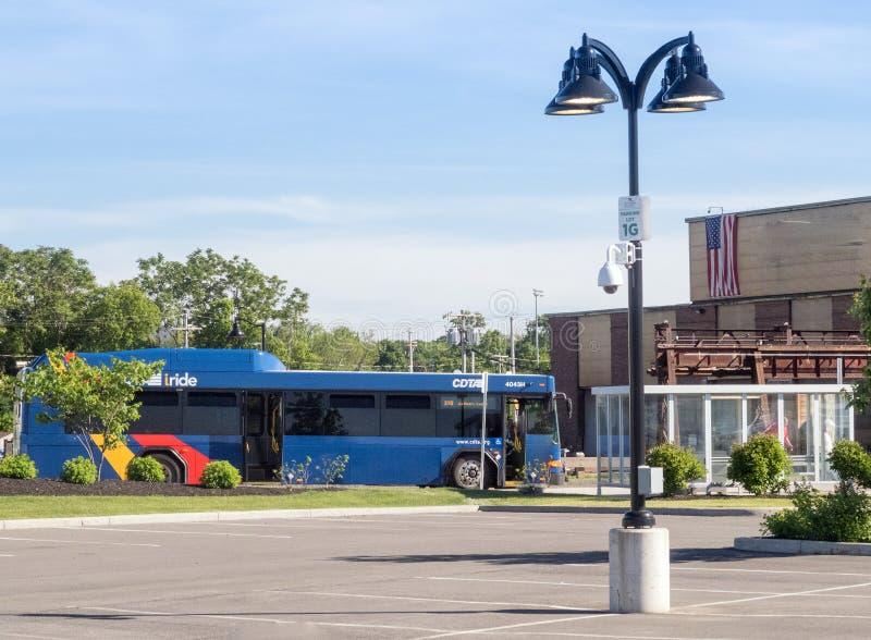 Ônibus de CDTA e parada do ônibus coberta imagem de stock royalty free