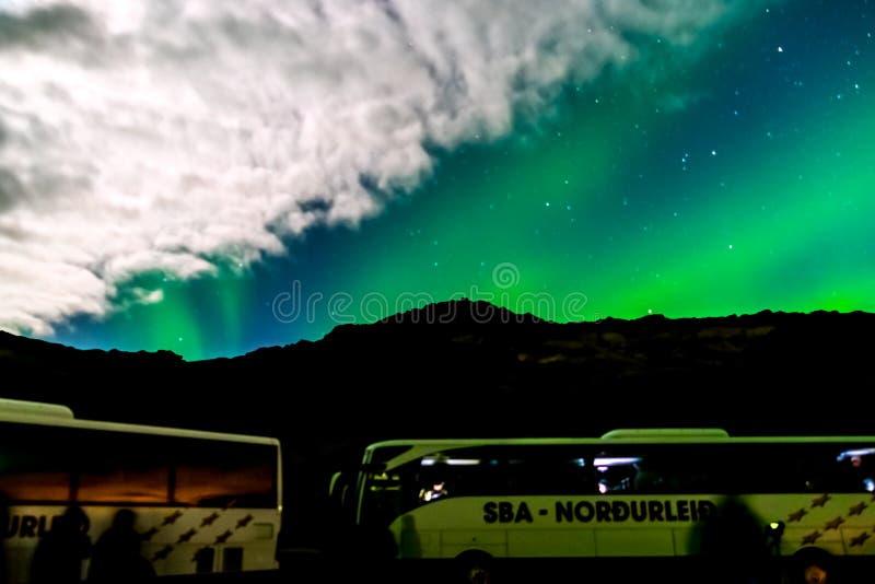 Ônibus de excursão em Aurora Borealis ou na aurora boreal em Reykjavik, Islândia foto de stock royalty free