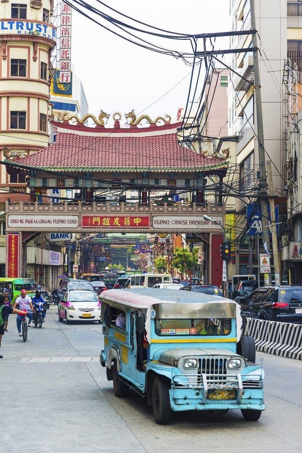 Ônibus de Jeepney em manila chinatown em Filipinas imagens de stock