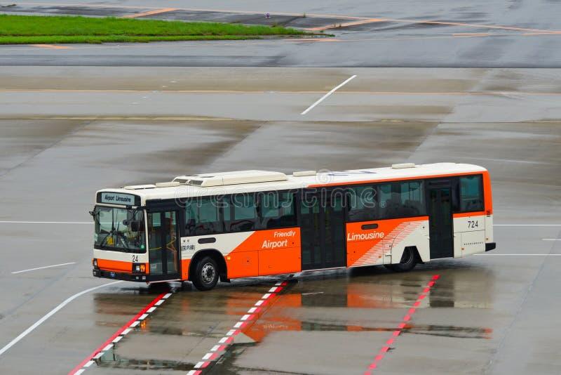 Ônibus de limusina do aeroporto no aeródromo foto de stock royalty free