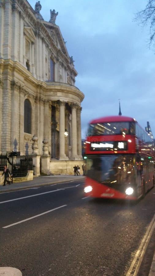 Ônibus de Londres em St Paul & em x27; s imagens de stock
