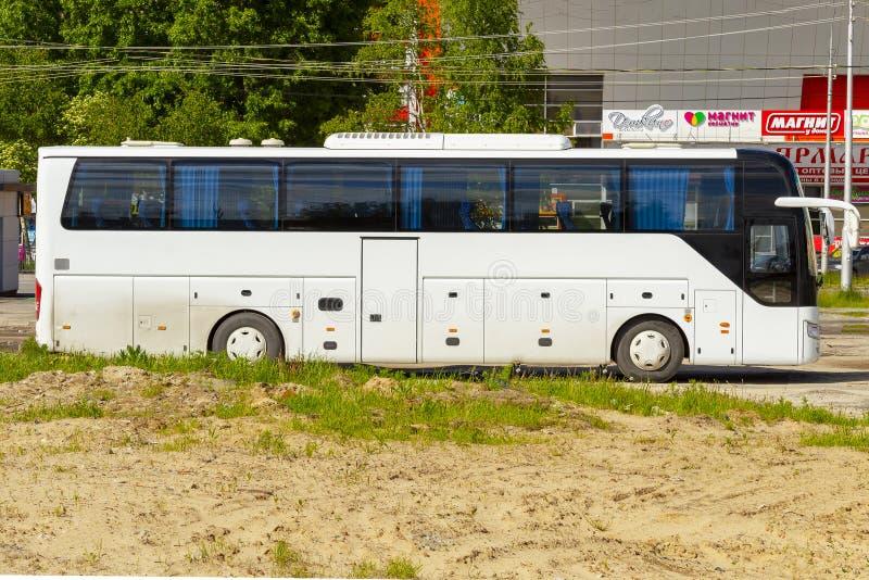 Ônibus de turista branco estacionado na cidade Vista lateral imagem de stock