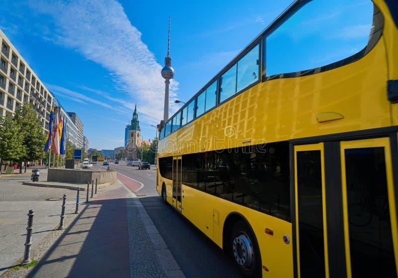Ônibus de turista do amarelo de Berlim perto dos DOM do berlinês foto de stock