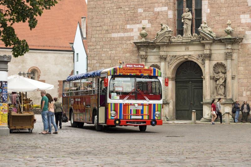 Ônibus de turista perto da igreja de St Peter Riga, Latvia fotografia de stock