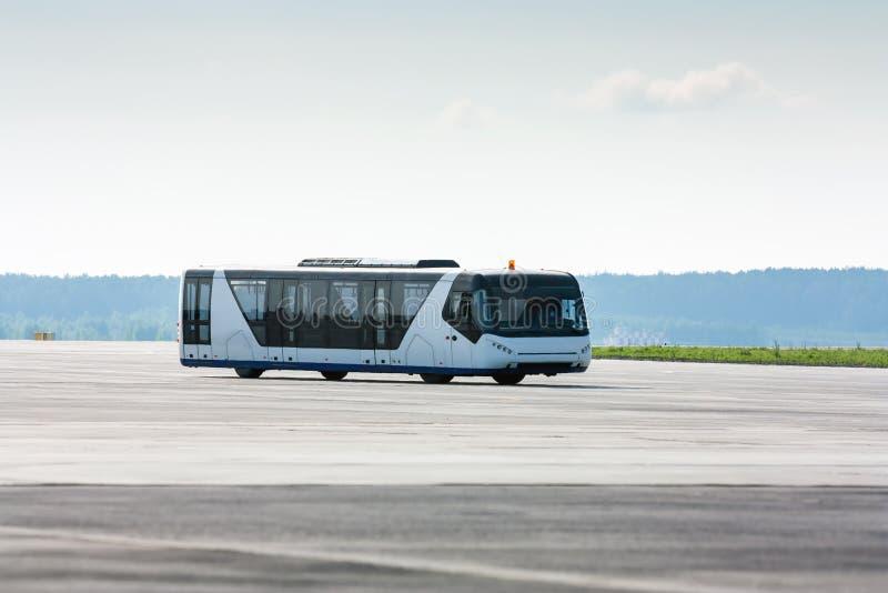 Ônibus do aeroporto no taxiway imagens de stock royalty free