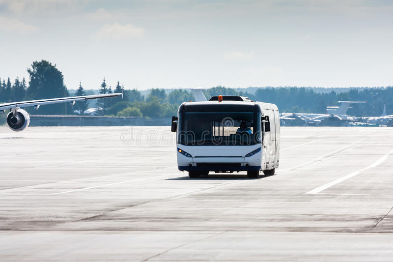 Ônibus do aeroporto no taxiway imagens de stock