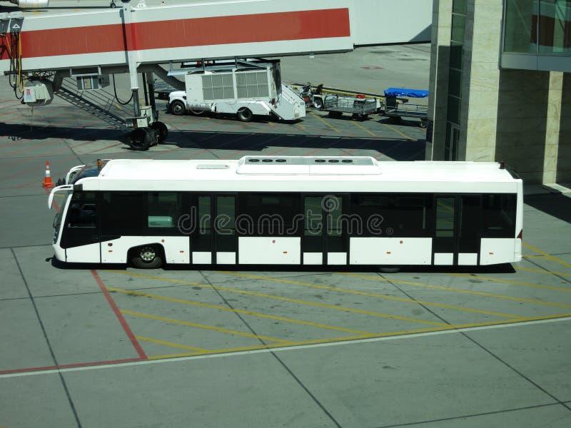 Ônibus do aeroporto perto da porta fotos de stock