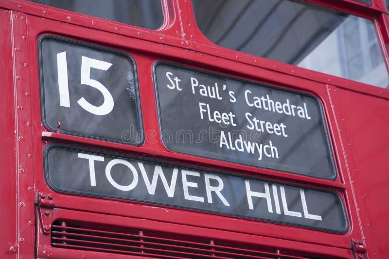 Ônibus do vermelho do número 15 a elevar-se monte, Londres foto de stock