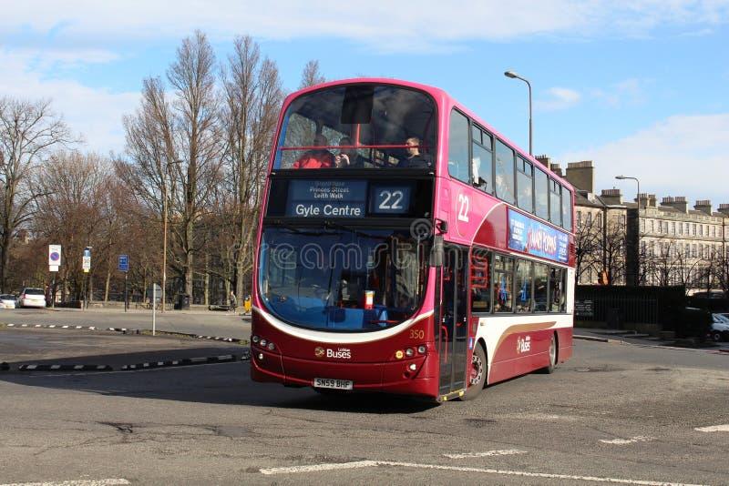 Ônibus dobro da plataforma na libré de Lothian em Edimburgo fotos de stock royalty free