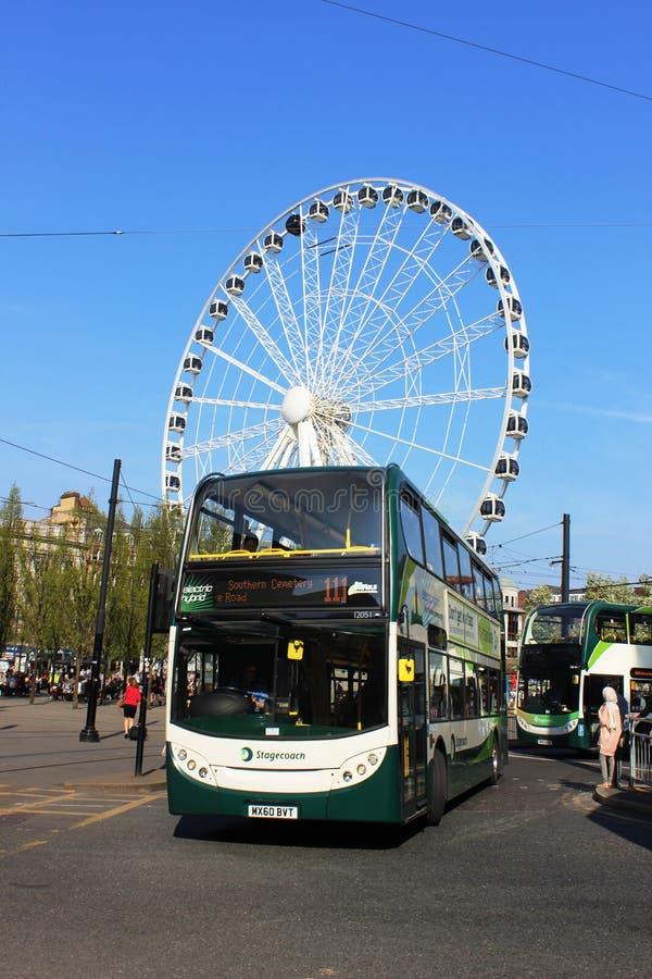 Ônibus dobro híbrido bonde da plataforma em Manchester fotos de stock