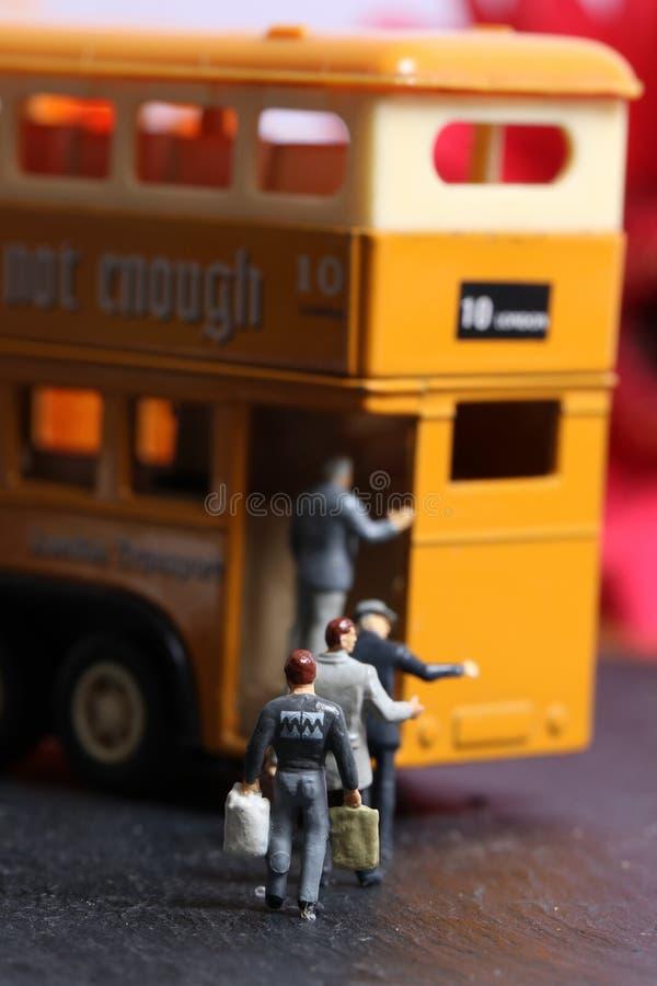 Ônibus e passageiros fotos de stock