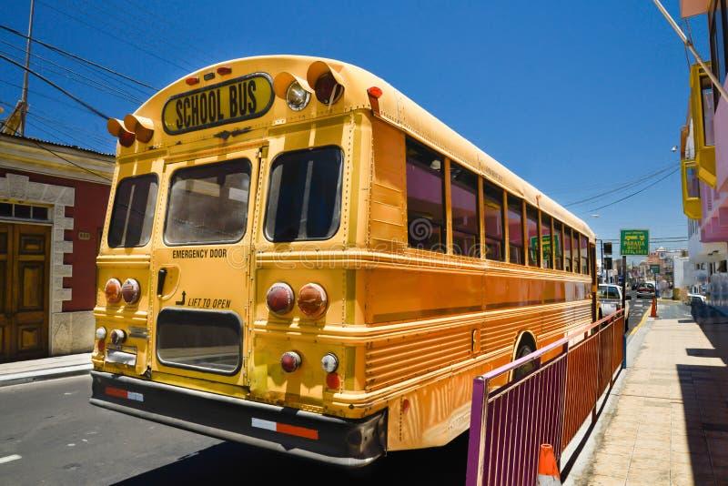Ônibus escolar amarelo, americano em Arica, o Chile fotografia de stock royalty free