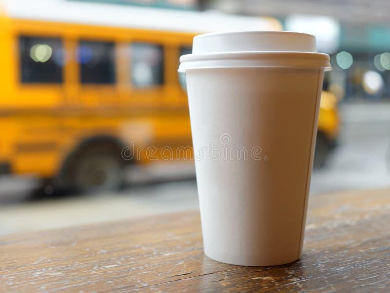 Ônibus escolar amarelo vazio EUA da xícara de café imagem de stock royalty free