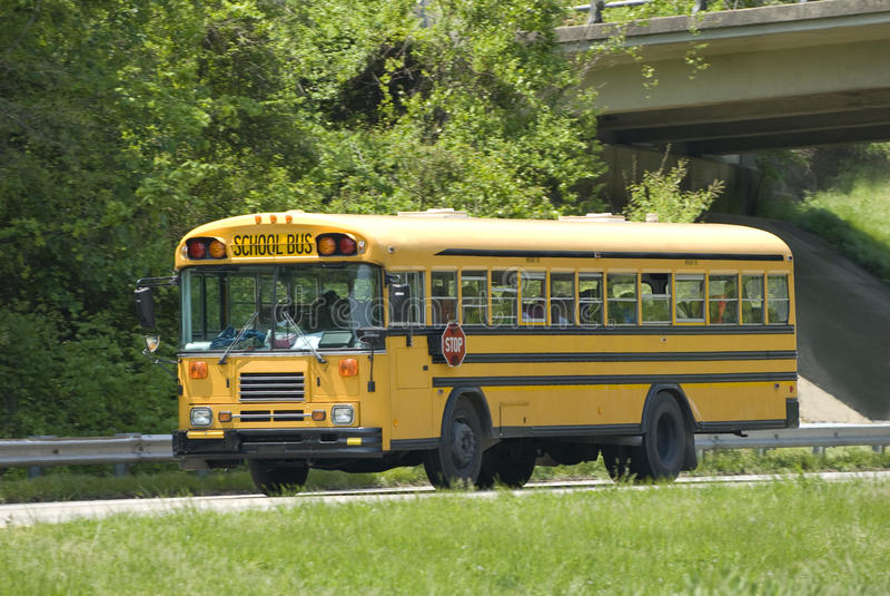 Ônibus escolar na visita de estudo fotos de stock royalty free