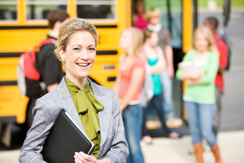 Ônibus escolar: Professor alegre By School Bus fotografia de stock royalty free