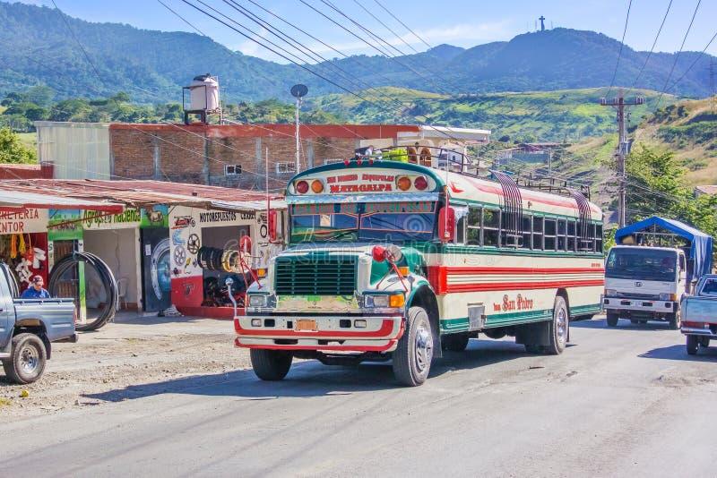 Ônibus local colorido na cidade de Matagalpa em Nicarágua imagem de stock