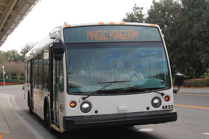 Ônibus mágico do reino na parada fotografia de stock royalty free