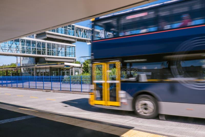 Ônibus movente Blurred no parque e estação de transporte do passeio em S norte imagens de stock