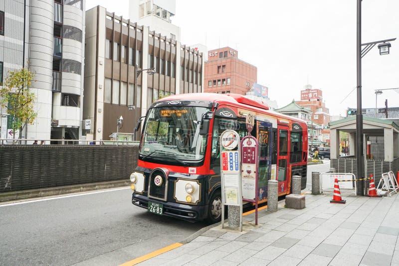 Ônibus na parada do ônibus tomada em Asakusa Japão o 28 de dezembro de 2016 imagens de stock