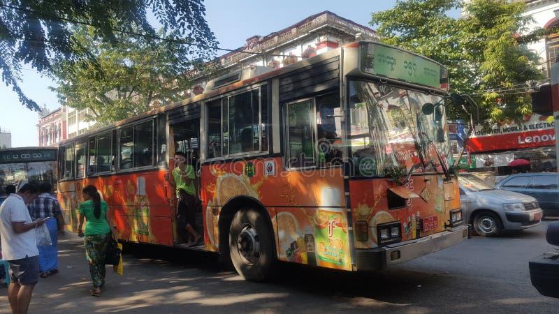 Ônibus nas ruas de Myanmar imagem de stock