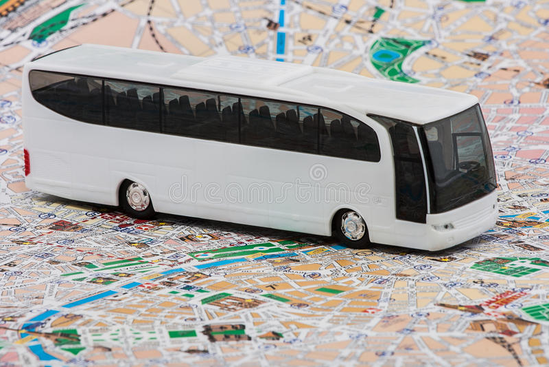 Ônibus no mapa do curso fotos de stock royalty free