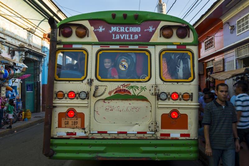 Ônibus público em uma rua da cidade colonial de Granada, em Nicarágua imagem de stock