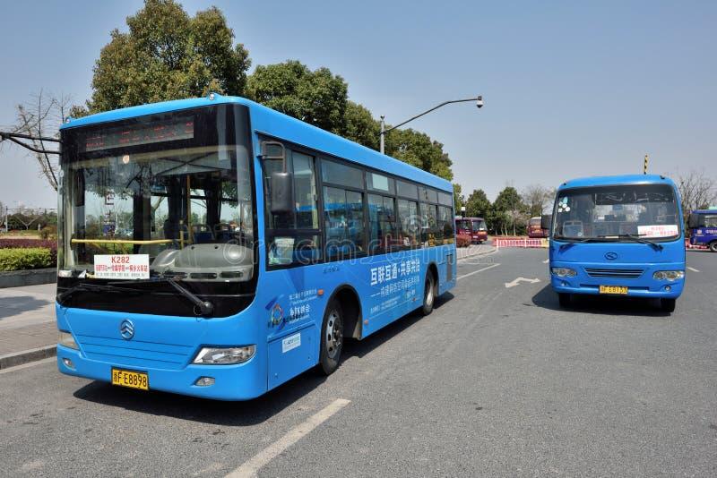 Ônibus públicos azuis imagem de stock