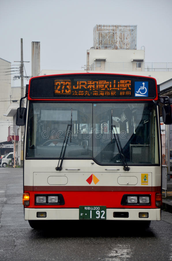 Ônibus que para povos da espera na estação de ônibus em Wakayama, Japão foto de stock