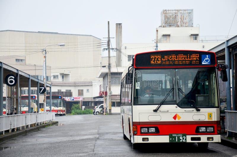 Ônibus que para povos da espera na parte dianteira da estação de ônibus do railwa de wakayama imagens de stock