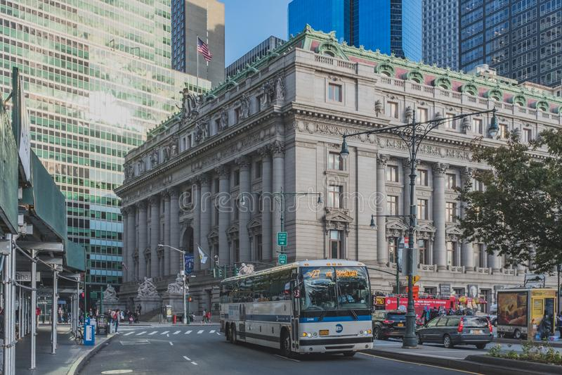 Ônibus que passa na frente do Museu Nacional do indiano americano, nas ruas perto do parque de bateria no Lower Manhattan foto de stock royalty free