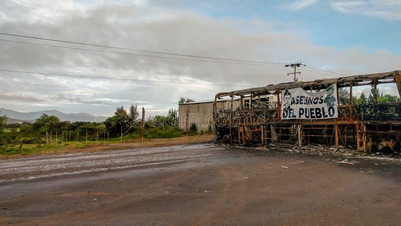 Ônibus queimado em uma estrada em Oaxaca, México fotografia de stock