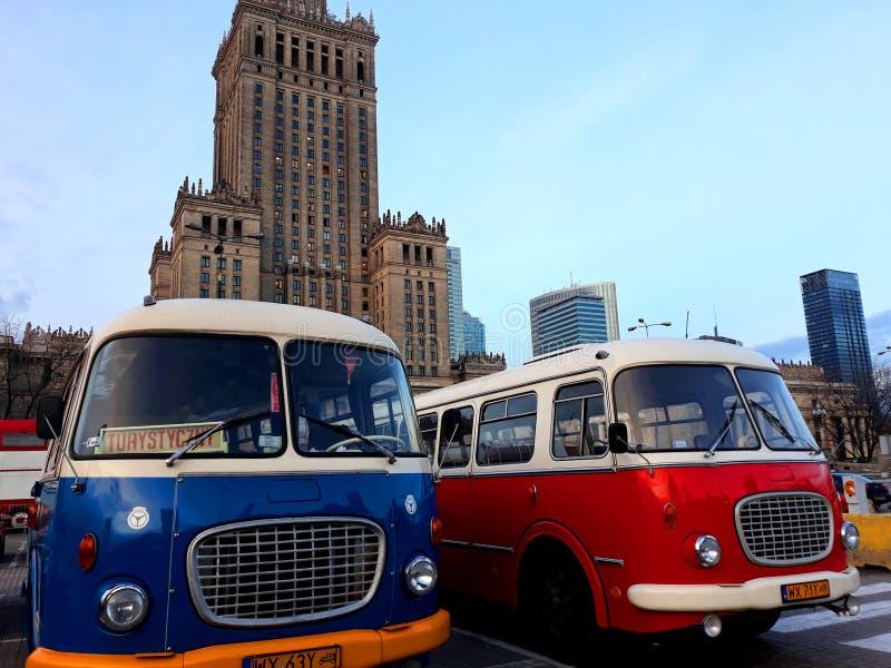 Ônibus retros e o palácio da cultura e da ciência foto de stock royalty free