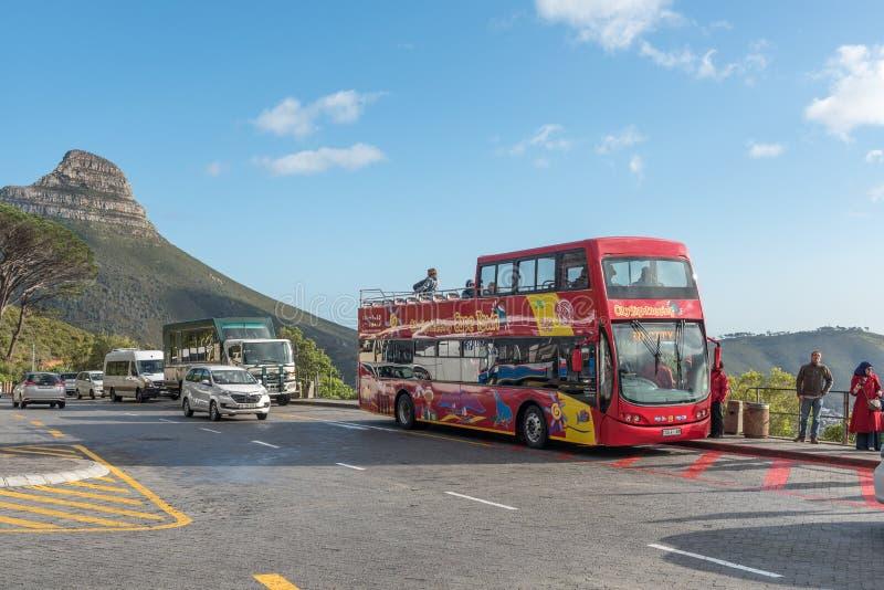 Ônibus Sightseeing na estação mais baixa do cabo na montanha da tabela fotos de stock