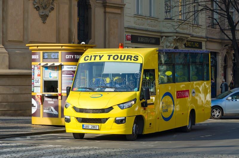 Ônibus Sightseeing na rua de Parizska perto da praça da cidade velha em Praga, República Checa foto de stock