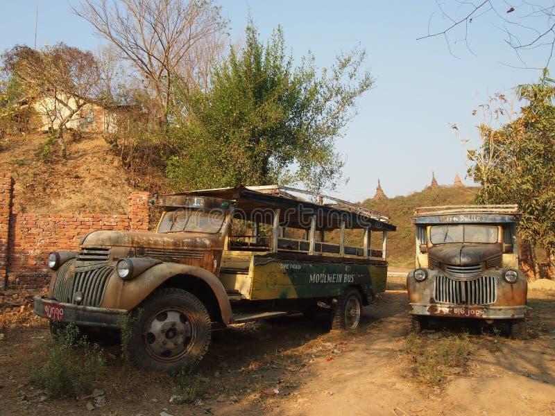 Ônibus velho de Chevrolet em Mrauk U imagens de stock