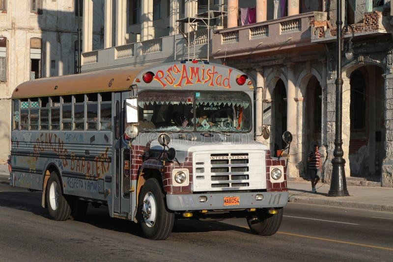Ônibus velho em Malecon imagens de stock