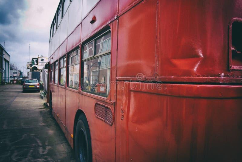 Ônibus velho vermelho foto de stock royalty free