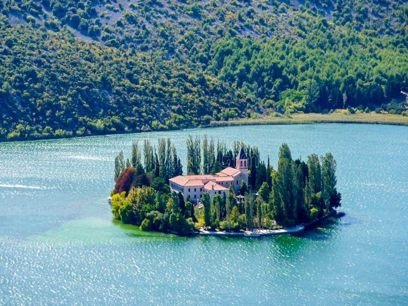 Ö av den Visovac kloster i den Krka nationalparken - Dalmatia, Kroatien royaltyfri fotografi