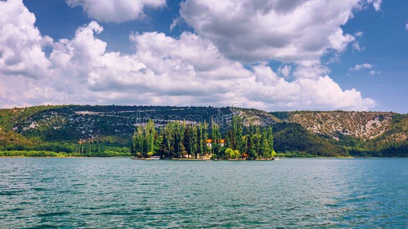 Ö av den Visovac kloster i den Krka nationalparken, Dalmatia, Kroatien Visovac kristen kloster på ön i Krkaen royaltyfria foton