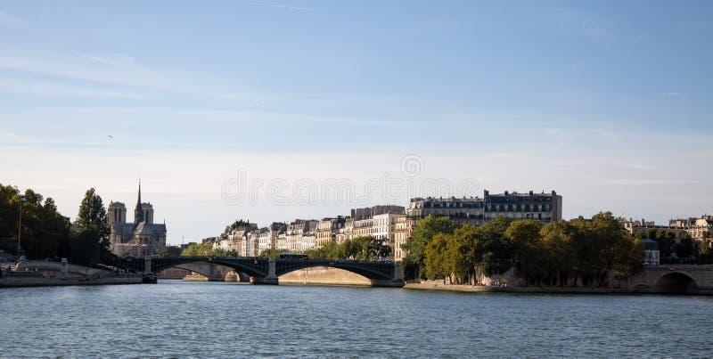 Ö de la Citera med Notre Dame Church som ses från fartyget från Seine River av Paris, Frankrike arkivbilder