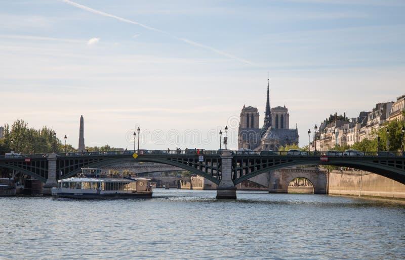 Ö de la Citera med Notre Dame Church som ses från fartyget från Seine River av Paris, Frankrike royaltyfria foton